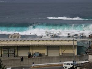 音部港を襲った津波の第一波。先端は鮮やかなエメラルドグリーンをしている