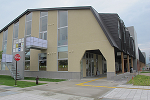 「オガール紫波」外観。図書館やイベントスペースといった公共施設、医療施設も入居