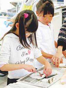 小さな子供も魚を調理