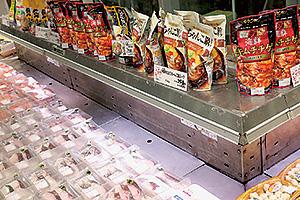 鮮魚売場にずらりと並ぶ魚メニュー用調味料