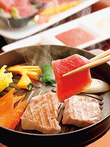 魚メーンで一番人気のご当地グルメ「深浦マグロステーキ丼」