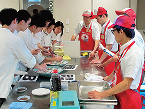 横浜の水産卸が「おさかなマイスター」の社員を専門学校に派遣して実施している「魚の授業」