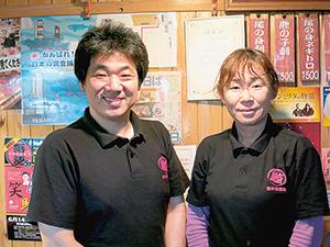 松本宏一代表(左)と小泉澄子料理長