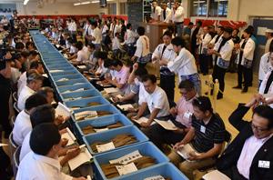 枕崎で開かれたカツオ節産地入札会