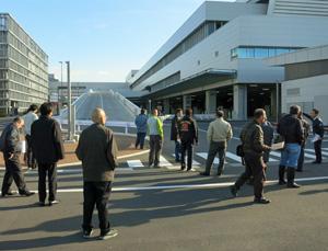 豊洲6街区のヘアピンカーブを確認する新市場東卸の対策本部メンバーたち