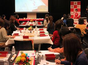 紀文食品が主催した若年主婦向けおせち料理教室は約60人が参加し盛況