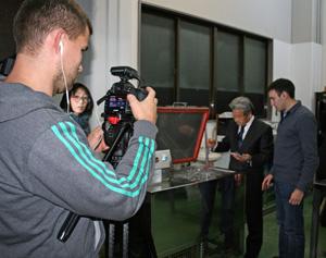 「凍眠」と使った凍結実験を撮影、取材するロシアのテレビ局スタッフ