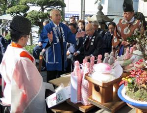 築地の魚河岸水神社遥拝所で柏手を打つ魚河岸会の伊藤宏之会長