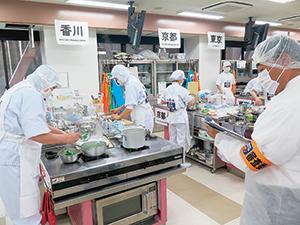全国大会の調理審査の様子。地場産を使った学校給食を制限時間内に作成