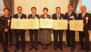 農林水産大臣賞を手に喜びの笑顔の受賞者5人(中央)