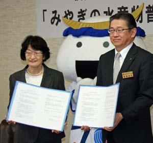 協定書に署名した宮城県の後藤部長(右)と仙台白百合女子大の槙石学部長