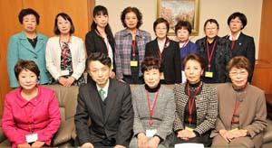 佐藤水産庁長官(前列(左)会長(その(右))ら女性連役員