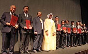 アルファーヒム会長を中心に表彰を受けた認証企業8社の代表ら