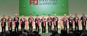 テープカットする横山会長(右から7人目)と奥原事務次官(その右)