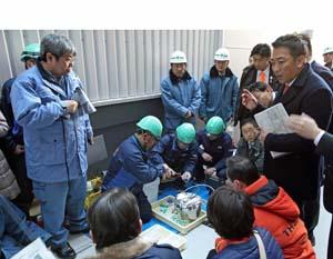 排水作業の様子を委点検する山崎委員長