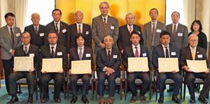 今井氏(前列中央)を囲んで受賞者、審査委員ら晴れやかに記念撮影