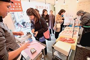 店内は広さが限られるが、丸魚を選び買うだけなので客の回転は早い
