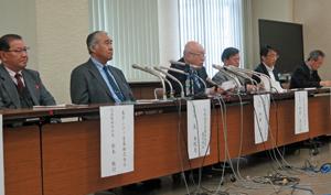 ボイコットの記者会見をする伊藤・都卸協会長(㊧から3人目)ら5団体代表