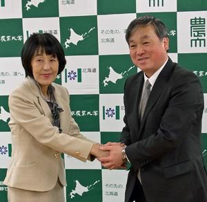 協定締結し握手を交わす高橋知事㊧と髙野学長