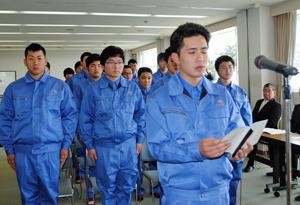 入学生徒を代表して誓いの言葉を述べる小関さん