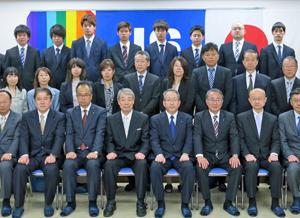 来賓ら式参加者全員と記念撮影に収まる78期入学生(後列の8人)