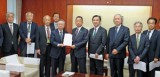 山本大臣(前列左から6人目)に要望書を提出する白須会長(その左)ら要請メンバー