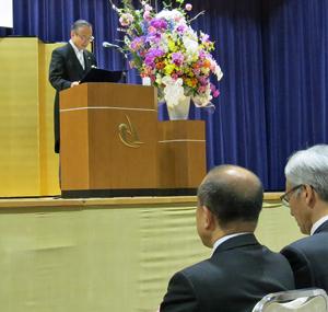 海資源環境学部開設記念式典であいさつする竹内学長