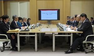 戦略本部第2回会合。冒頭にあいさつする小池知事(左列中央)