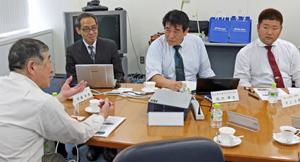 LEDの可能性をメーカー担当者らと語る井上副社長㊨