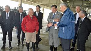 気仙沼魚市場を視察する石破委員長(右から4人目)、菅原市長(その右隣)