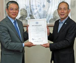 劉社長(左)から認定書を受け取る荻原社長