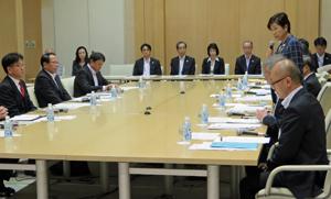 公開ヒアリングで対象企業にあいさつする小池知事(右列中央)