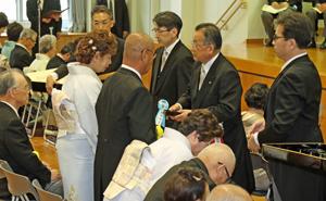 山本大臣(右から2人目)から勲記と勲章を受け取る宮原氏(左から2人目)と夫人の清子さん(その左)