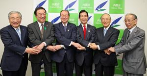 山本地方創生担当大臣(右から3人目)と岸全漁連会長(左端)ら5団体トップら