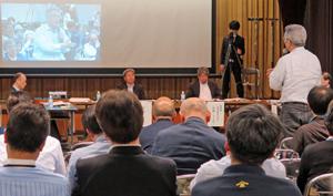 豊洲専門家会議をいったん停止するよう発言する早山理事長(右)