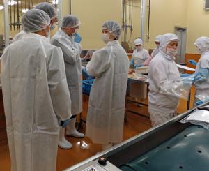 イヨスイ工場内を視察するCCICのメンバー