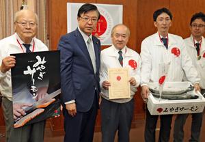 磯崎副大臣(左から2人目)から登録証を受け取った小野会長(その右)