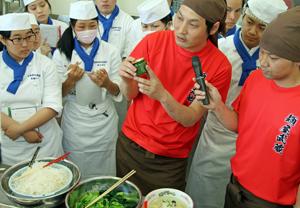 生徒たちに調理のコツを教える矢都木社長