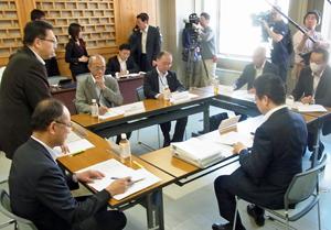 協議会の初会合であいさつする森田・食の安全推進監(左)