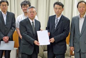 佐藤長官(右)に要望書を手渡す白須会長(その左)