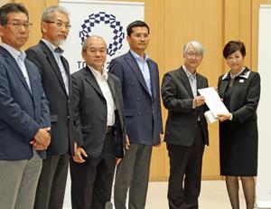 報告書を手にする小池知事(右端)と小島座長(その左)らPTの専門委員