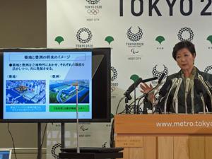 緊急会見で豊洲市場移転と築地再開発を説明する小池知事