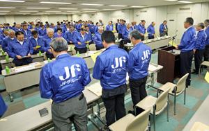 川崎副会長(手前から4人目)が決議文を読み上げ満場一致で採択