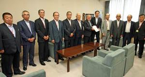 全国組織設立を長谷水産庁次長に報告する会員代表