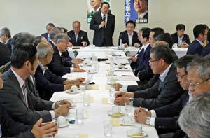 合同会議であいさつする浜田会長