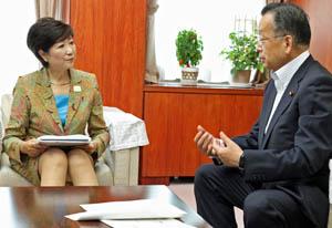 山本大臣(右)と会談し速やかな認可をと、要請する小池知事