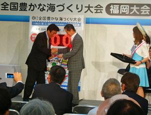 小川知事(左)に寄付金を手渡す佐藤会長