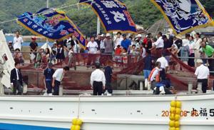 安全祈願祭で地元住民にお披露目される第85福丸(主催者提供)