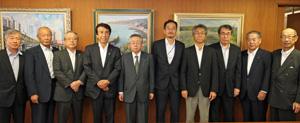 齋藤大臣(左から4人目)をオール水産のメンバーで出迎えた