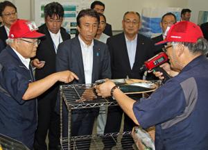 齋藤大臣(中央)に脂肪率測定について説明する須能社長